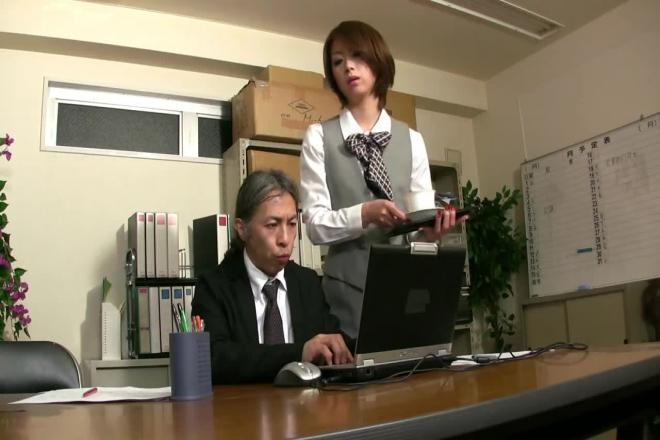 La secrétaire japonaise se fait lécher par son patron