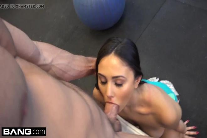 Son prof de sport lui offre une séance toute particulière avec sa bite